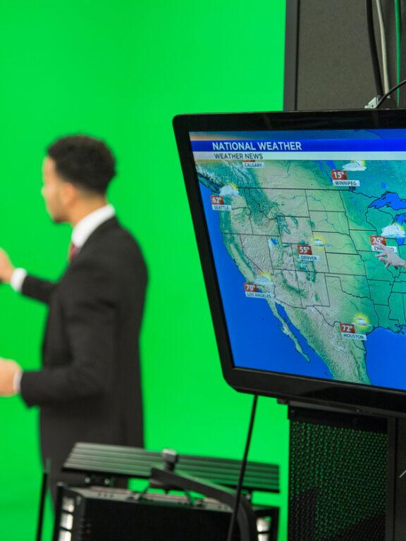 El pronóstico del tiempo usa una pantalla verde y tú también puedes